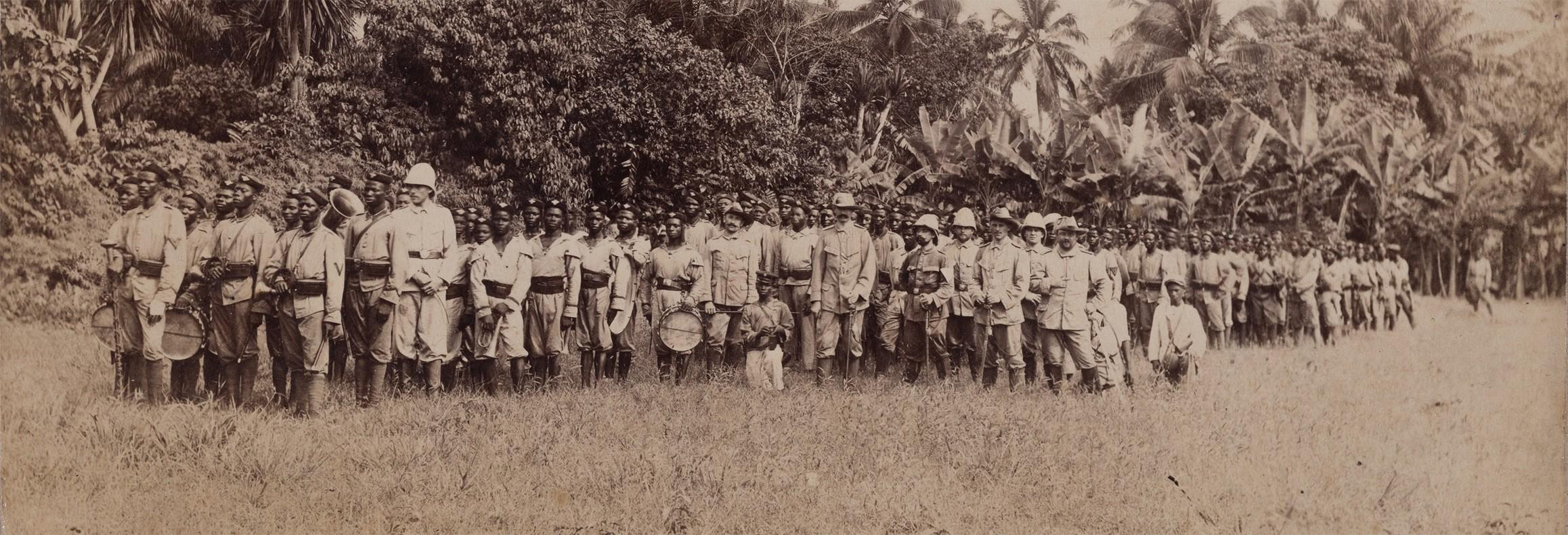 Members of the 'Deutsche Schutztruppe' in Cameroon exercising, photograph, 1900 (Wegemuseum Wusterhausen, CC BY-NC-SA)