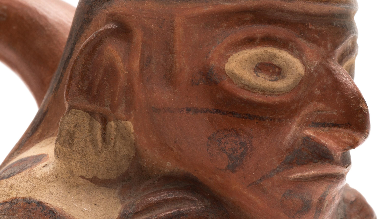 Steigbügelgefäß der Moche-Kultur, Peru, 400-550 n. Chr. (Museum Schloss Lübben, Foto Ronka Oberhammer / Lorenz Kienzle)