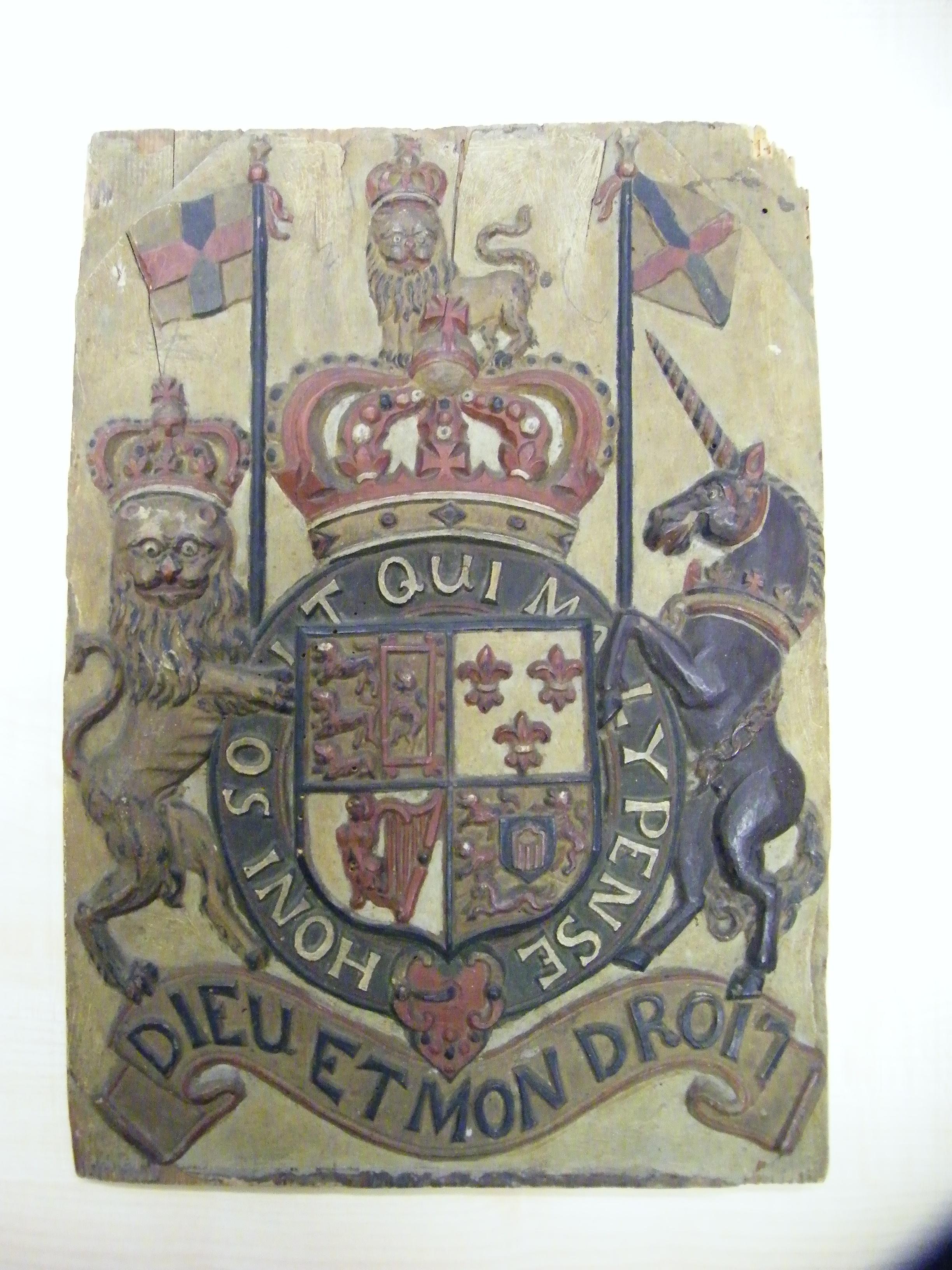 Resource Holzplatte Mit Englischem Wappen Stiftung Preußische